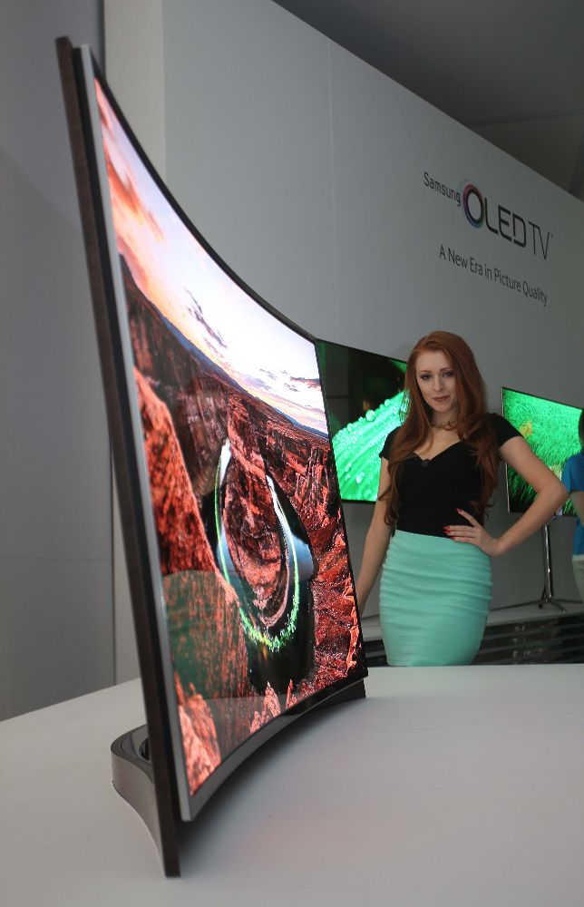 Curved_OLED_TV Model_Photo_6