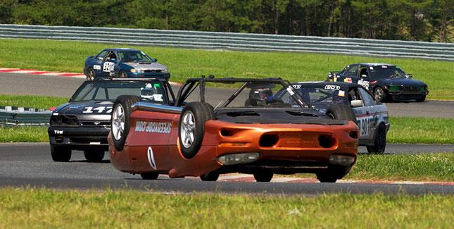 Verkehrte Welt: Auto auf dem Dach nimmt an Rennen teil