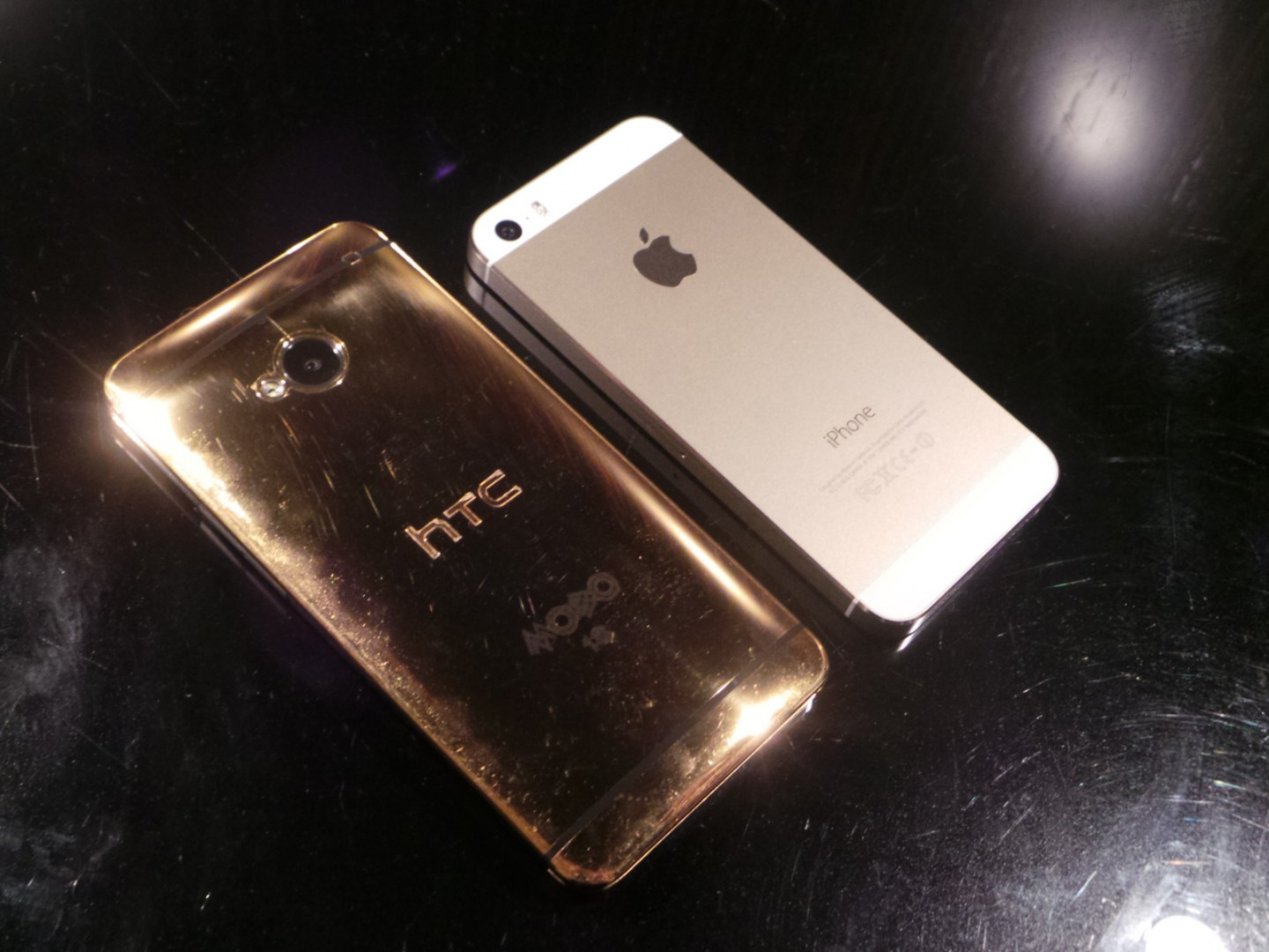 HTC One in Gold vs iPhone 5s Champagner