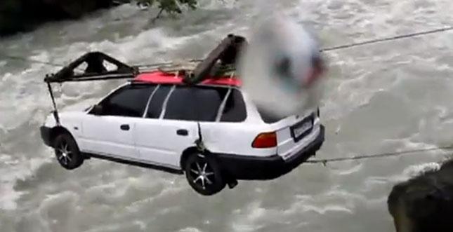 Verrückte Russen transportieren Auto über einen Fluss