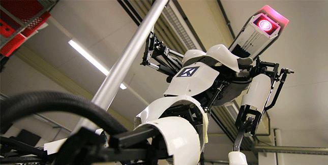 Roboter mit Brüsten strippen auf der CeBIT