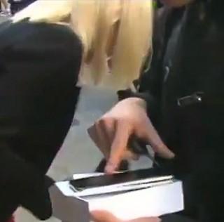 Live im TV: Nervöser iPhone 6 Besitzer lässt Gerät fallen