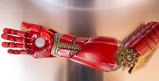 Tony Stark liefert Iron-Man-Armprothese für kleinen Jungen ab