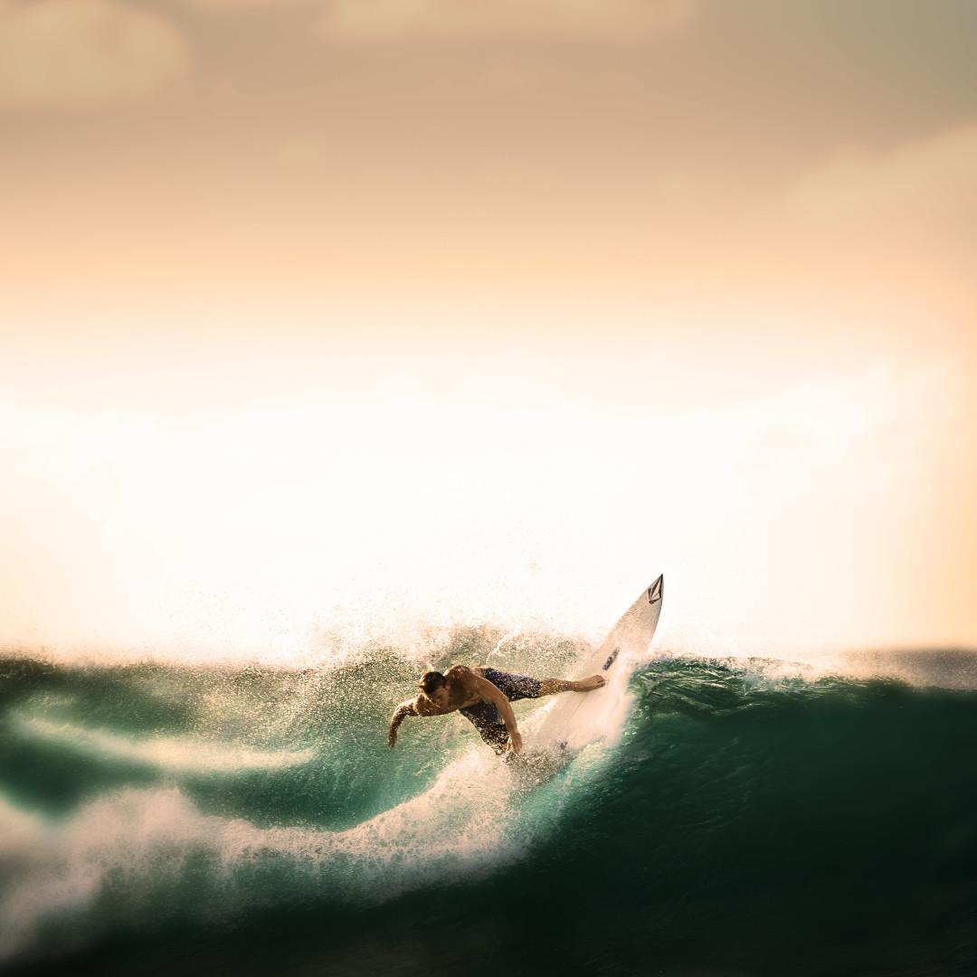 weblogit.net-surfer-tropical-storm