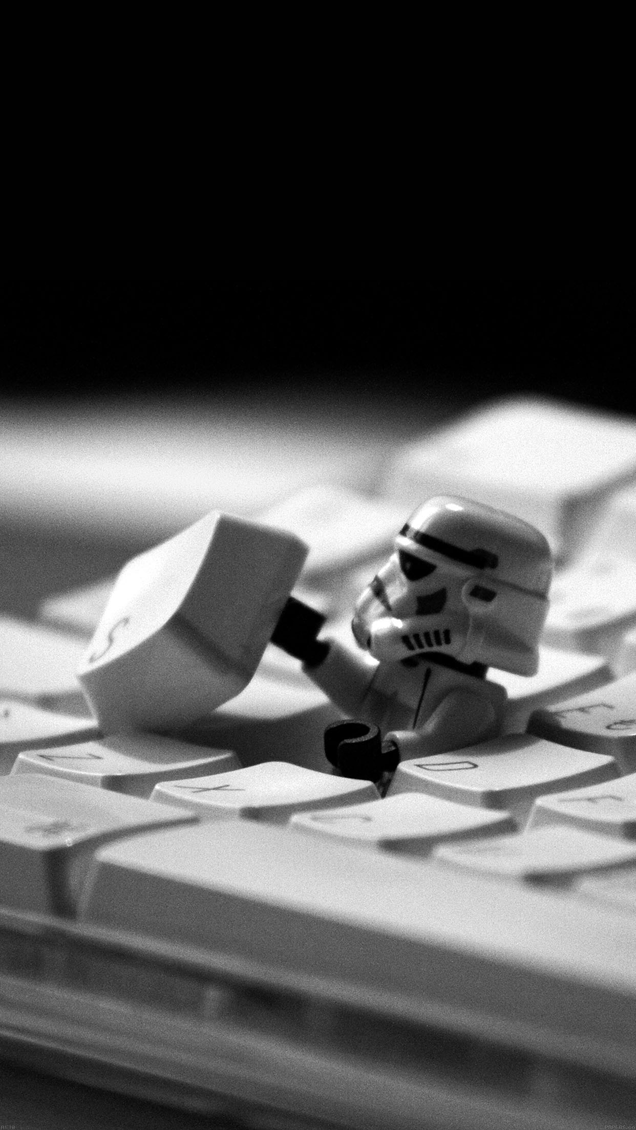 storm-trooper-starwars-keyboard-film-34-iphone6-plus-wallpaper