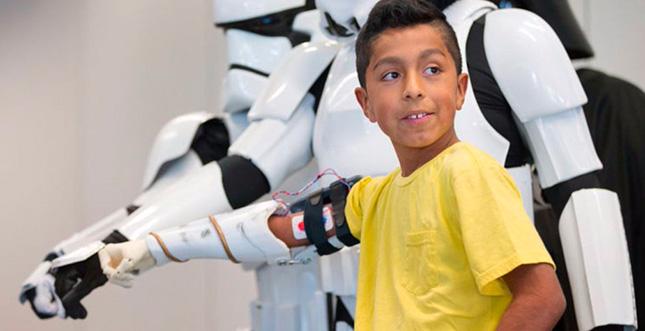 Stormtrooper-Armprothese durch Darth Vader übergeben