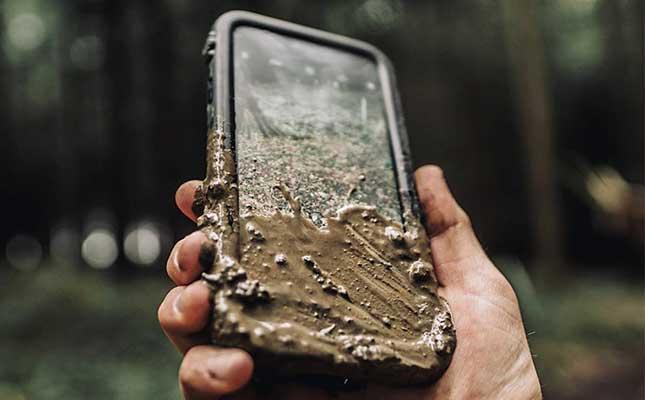 92f870d2f4 Auf dem Bau, im Unterholz, auf Reisen oder auf einem Festival geht es hart,  schmutzig und nicht selten feucht zu! Ein iPhone, so zerbrechlich es ist,  ...